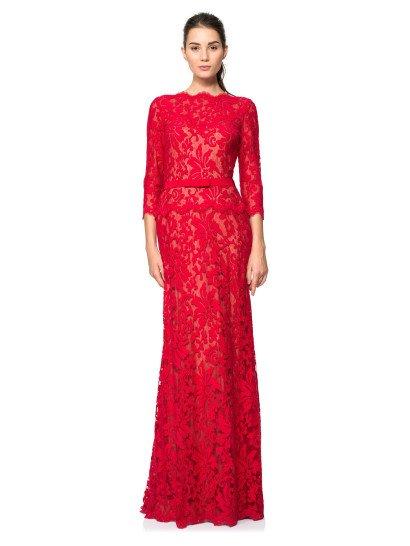 Наполненное классической элегантностью, это вечернее платье с небольшой баской покоряет полупрозрачным верхом, декорированным крупным кружевом красного цвета, под которым располагается открытое декольте с соблазнительным лифом в форме сердечка.  Рукава длиной в три четверти прекрасно дополняют образ, а завершить женственный силуэт помогает широкий пояс красного цвета, акцентирующий тонкую талию.  Платье идеальноподойдет для встречи Нового года!  Есть платья больших размеров.