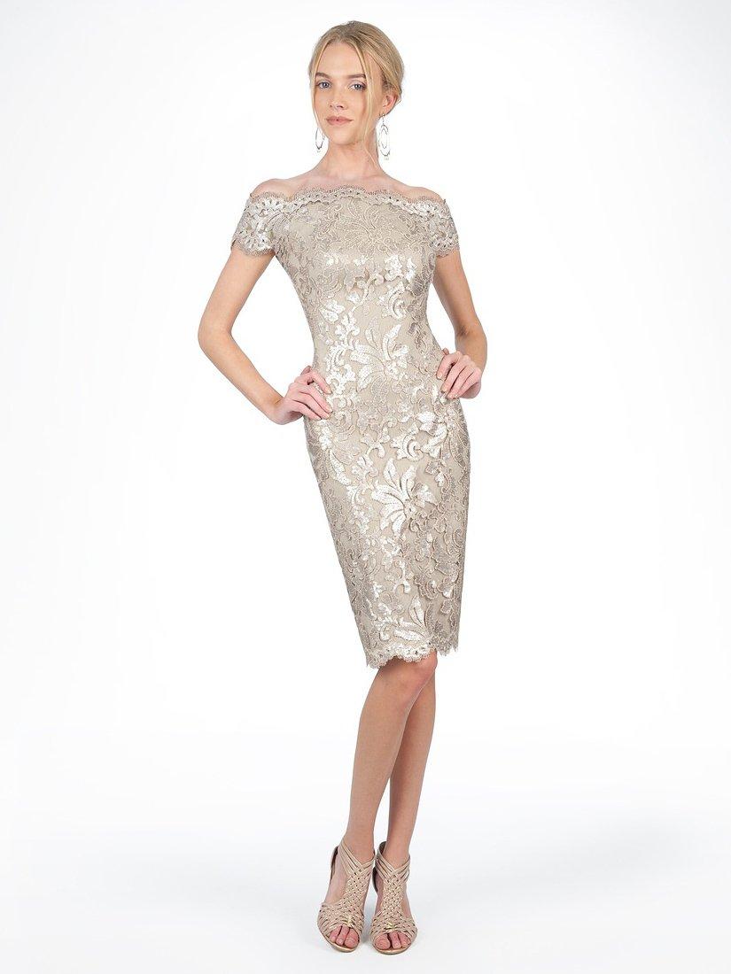 Короткое вечернее платье из глянцевого серебристого кружева.