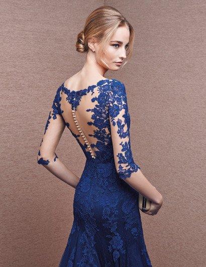 Вечернее синее платье с кружевом и рукавами.