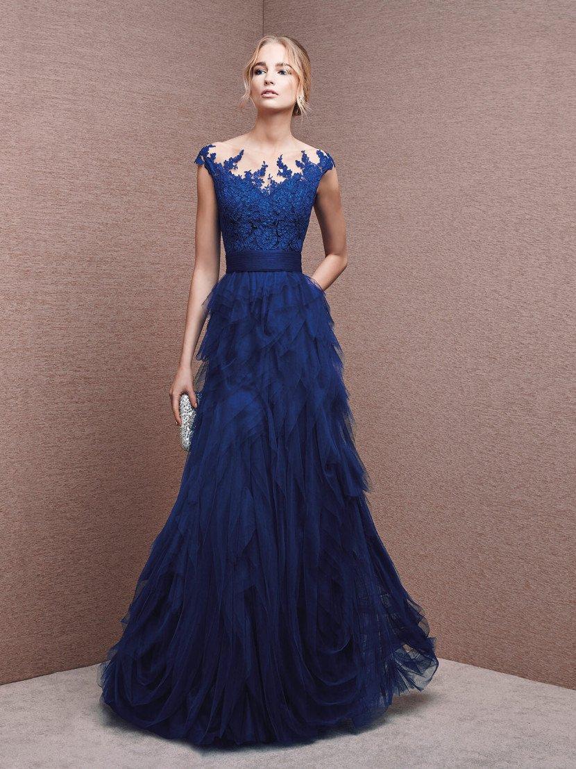 Вечернее платье с кружевной спиной.