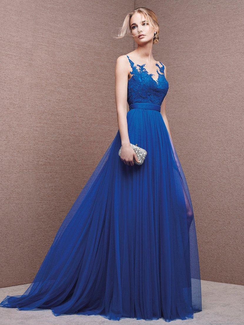 Платье на бретелях с открытой спиной.