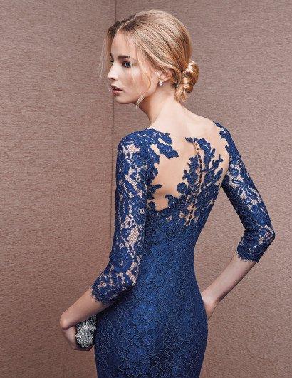 Узкое вечернее платье с кружевными рукавами.
