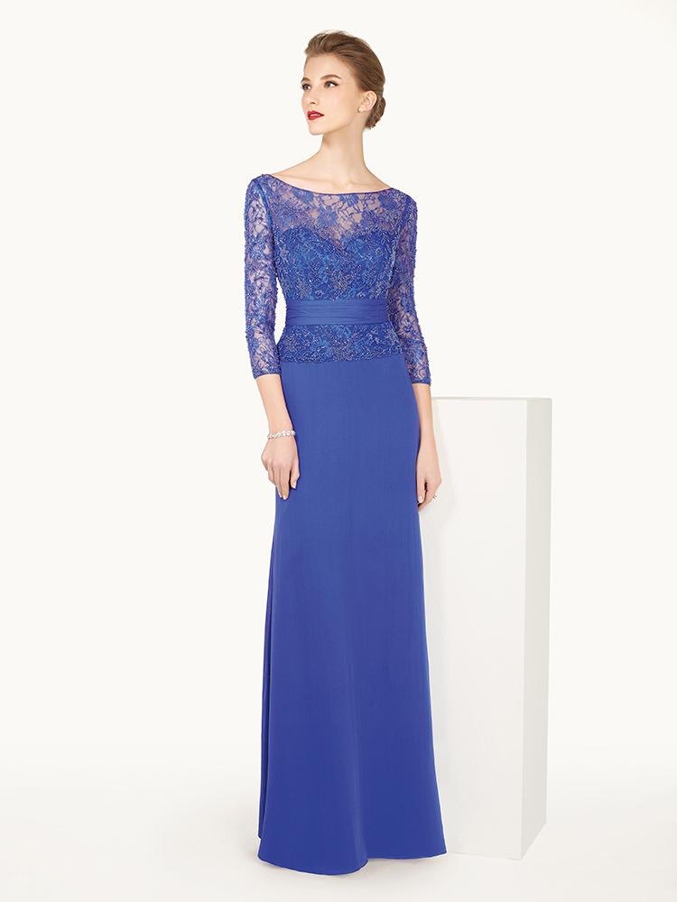Длинное синее вечернее платье с рукавами.