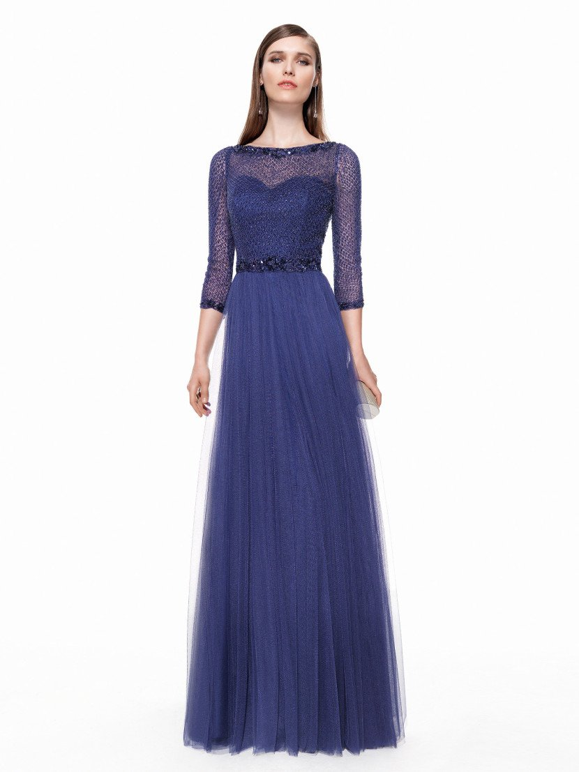 Вечернее платье с полупрозрачным рукавом.