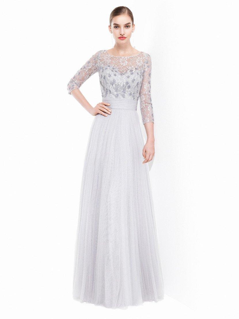 Светлое вечернее платье с кружевным рукавом.