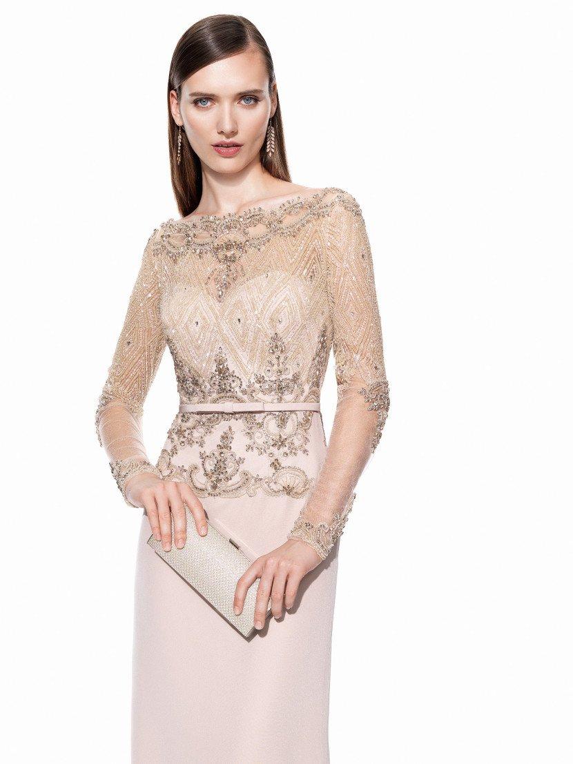 Роскошное закрытое вечернее платье песочного оттенка.