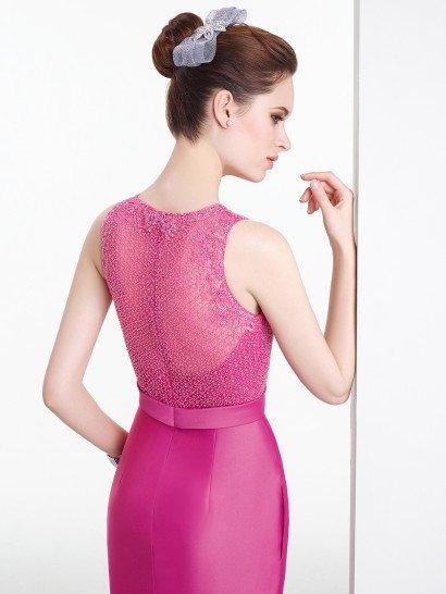 Женственное короткое вечернее платье силуэта футляр.