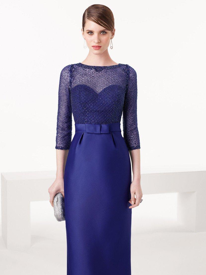 Вечернее платье с рукавами и полупрозрачным декольте.