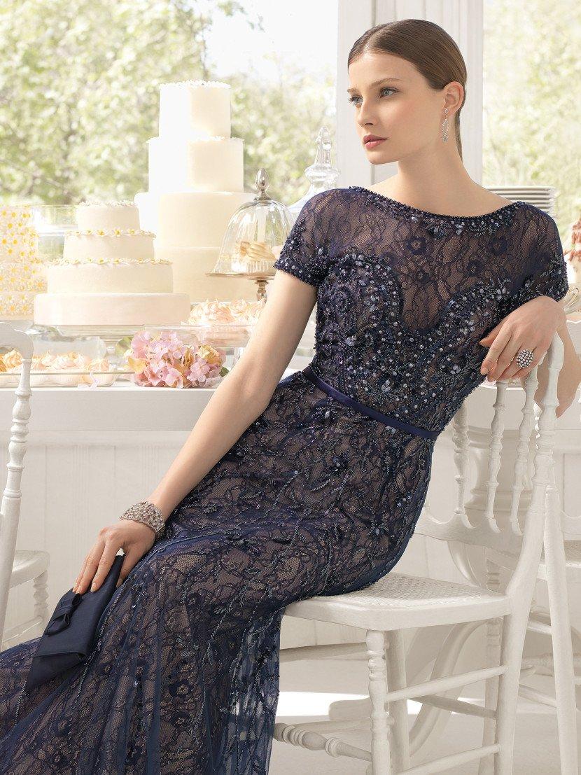 вечернее платье из темно-синего кружева на бежевой подкладке.