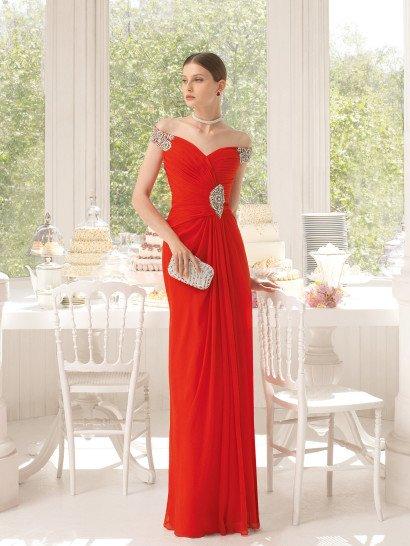 Изысканные линии красного вечернего платья безупречно очерчивают силуэт обладательницы многочисленными диагональными драпировками.  Спущенные с плеч бретели и область талии украшены роскошными акцентами вышивки из серебристого бисера, стразов и жемчужин.  Элегантная юбка прямого силуэта лаконично завершает образ, спускаясь вниз легкими вертикальными складками красного шифона.