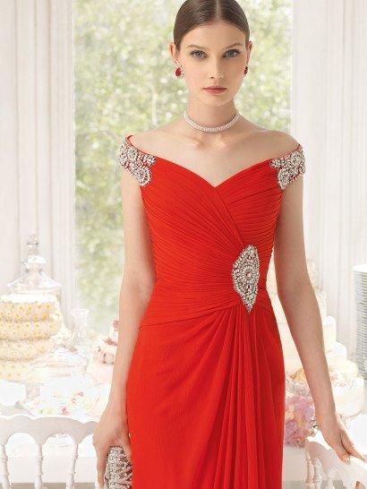 Красное вечернее платья безупречно очерчивают силуэт