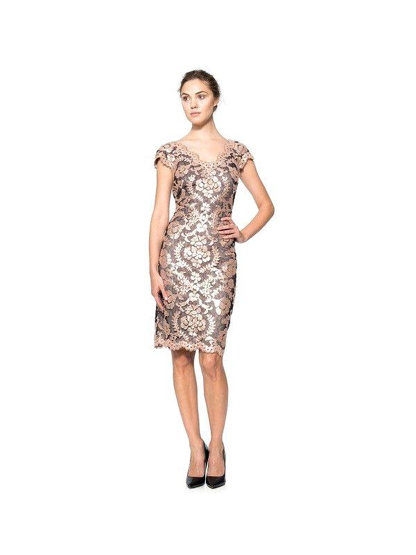 Короткое вечернее платье длиной до коленей.