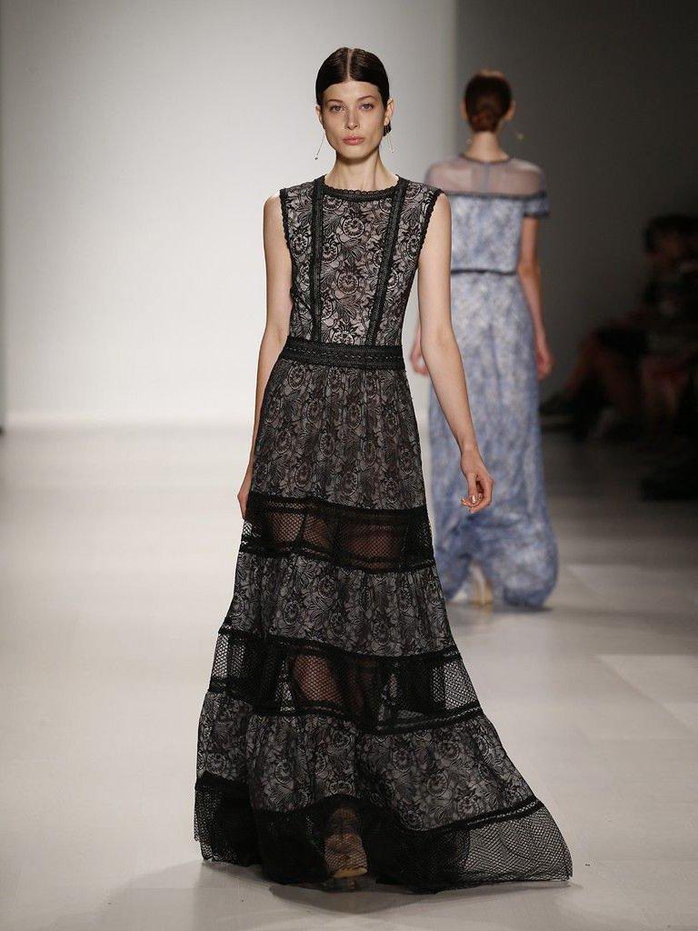 Длинное кружевное черное вечернее платье.