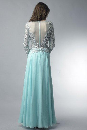 Закрытое серебристое вечернее платье с рукавами.