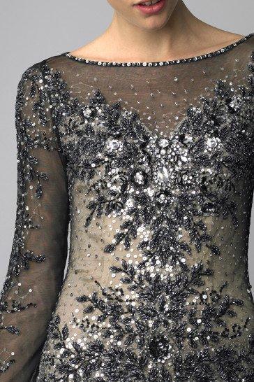 Прямое короткое вечернее платье длиной до середины бедра.