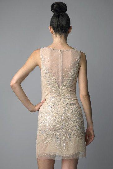 Короткое вечернее платье бежевого цвета с прямым кроем.
