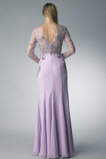 Длинное вечернее платье лилового цвета.