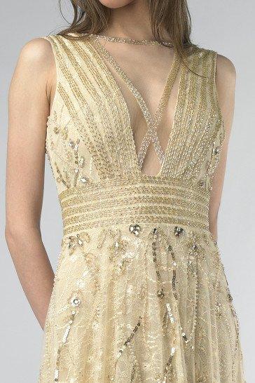 Красивое вечернее платье прямого кроя с широким расшитым поясом.