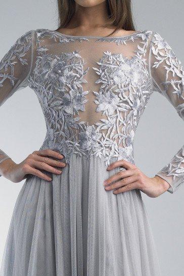 Закрытое вечернее платье с рукавами.