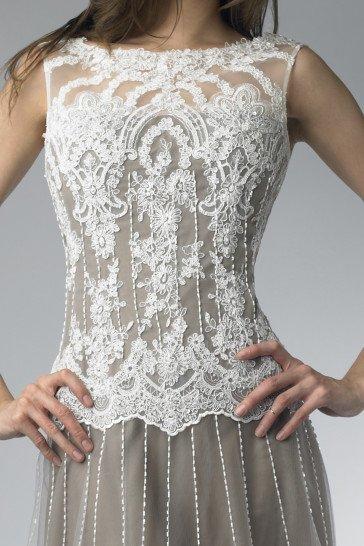 Полупрозрачное белое выпускное платье с необычной отделкой.