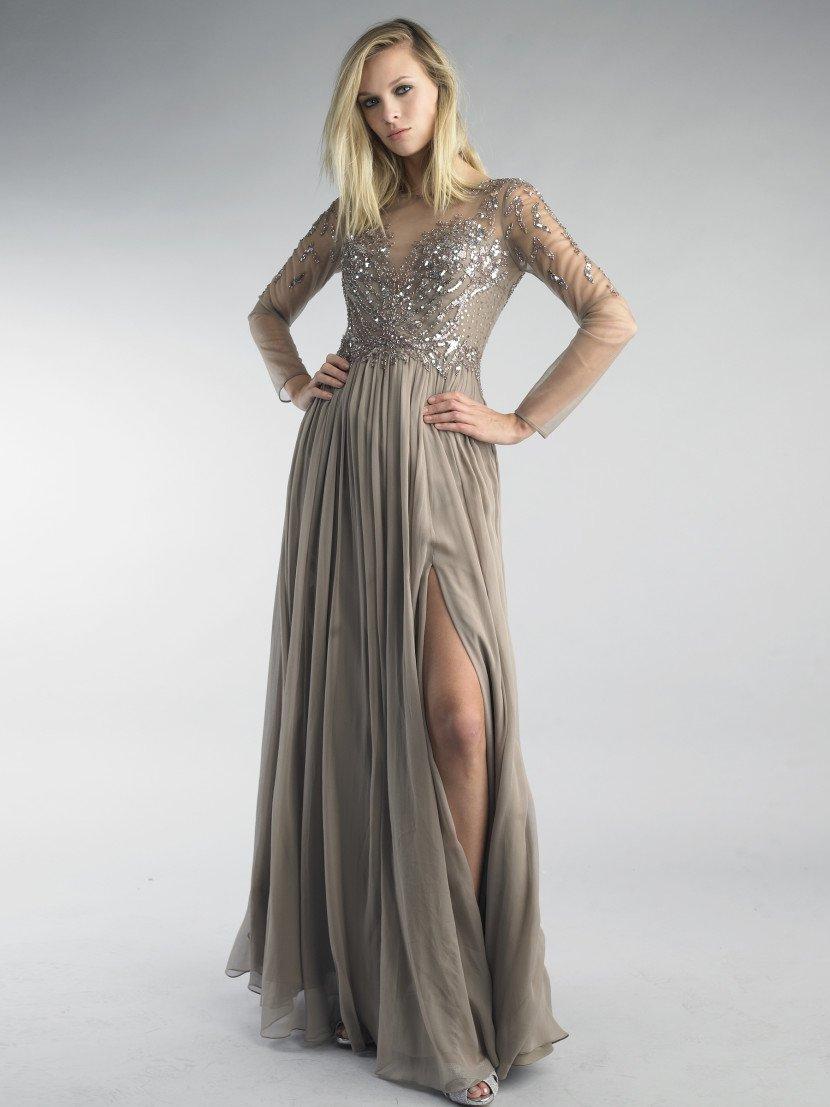 Длинное бежевое вечернее платье с рукавом.