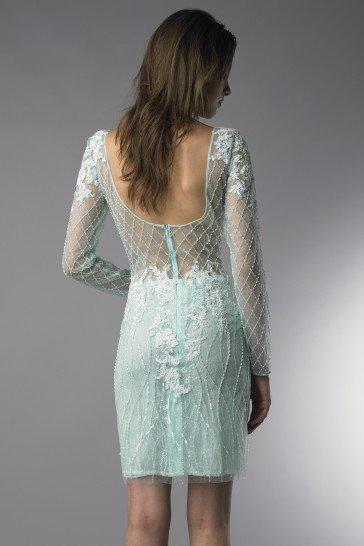 Короткое вечернее платье с длинными рукавами.
