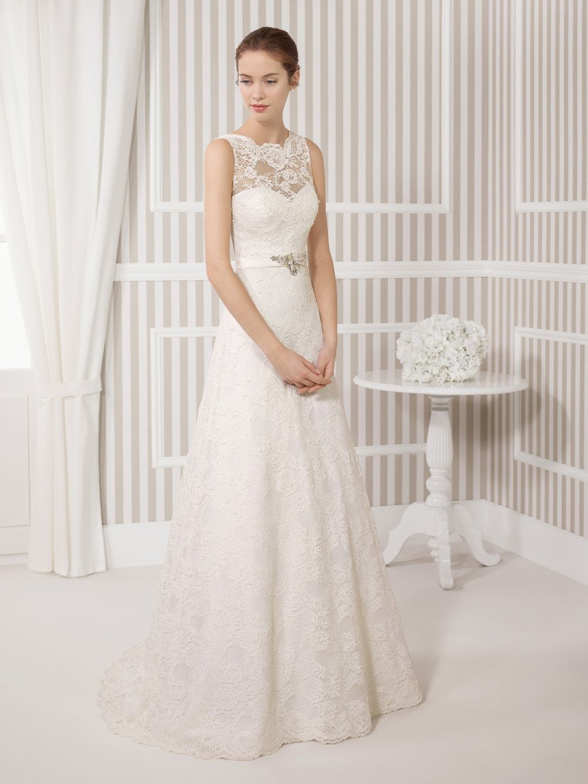 Свадебное платье с элегантным силуэтом «принцесса» с полупрозрачным верхом.