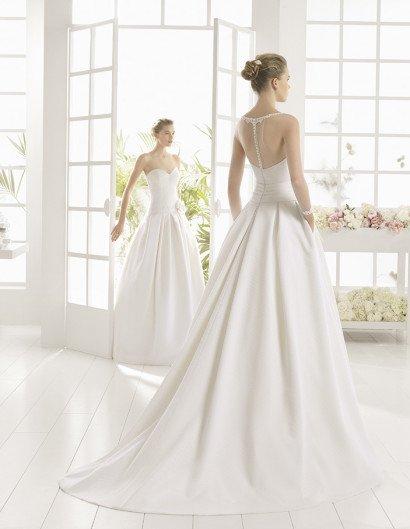 Пышное свадебное платье с крупным бантом.