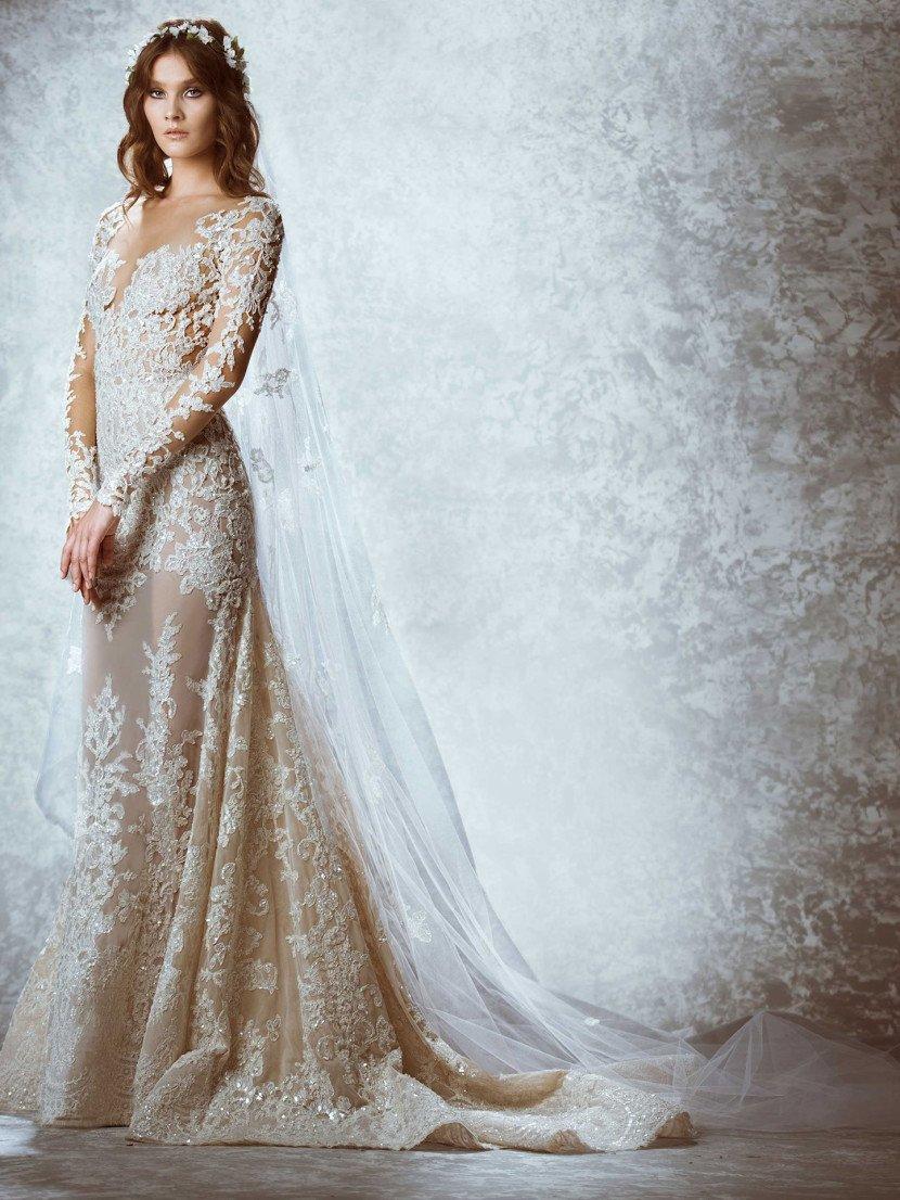 Облегающее полупрозрачное свадебное платье прямого силуэта.