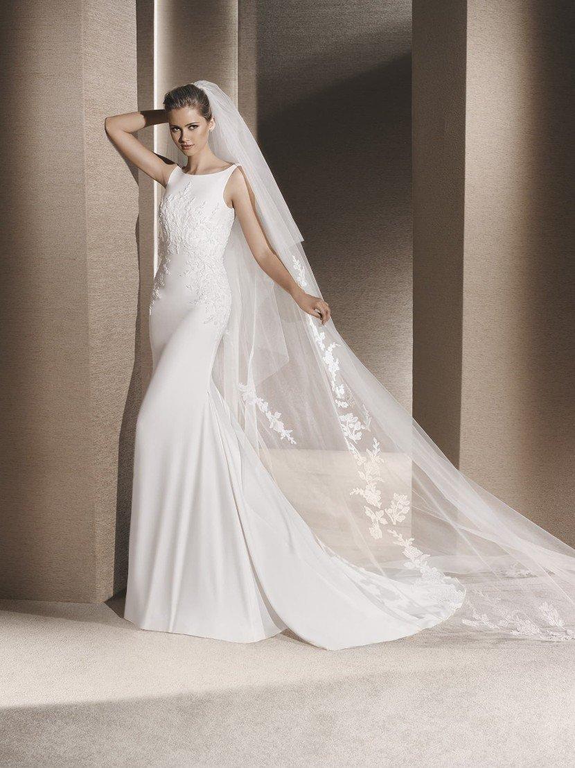 Простое свадебное закрытое платье.