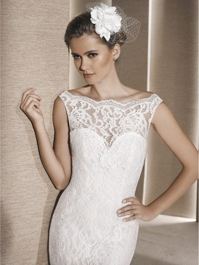 Женственный силуэт «русалка» подчеркнут в свадебном платье слоем кружевной ткани.