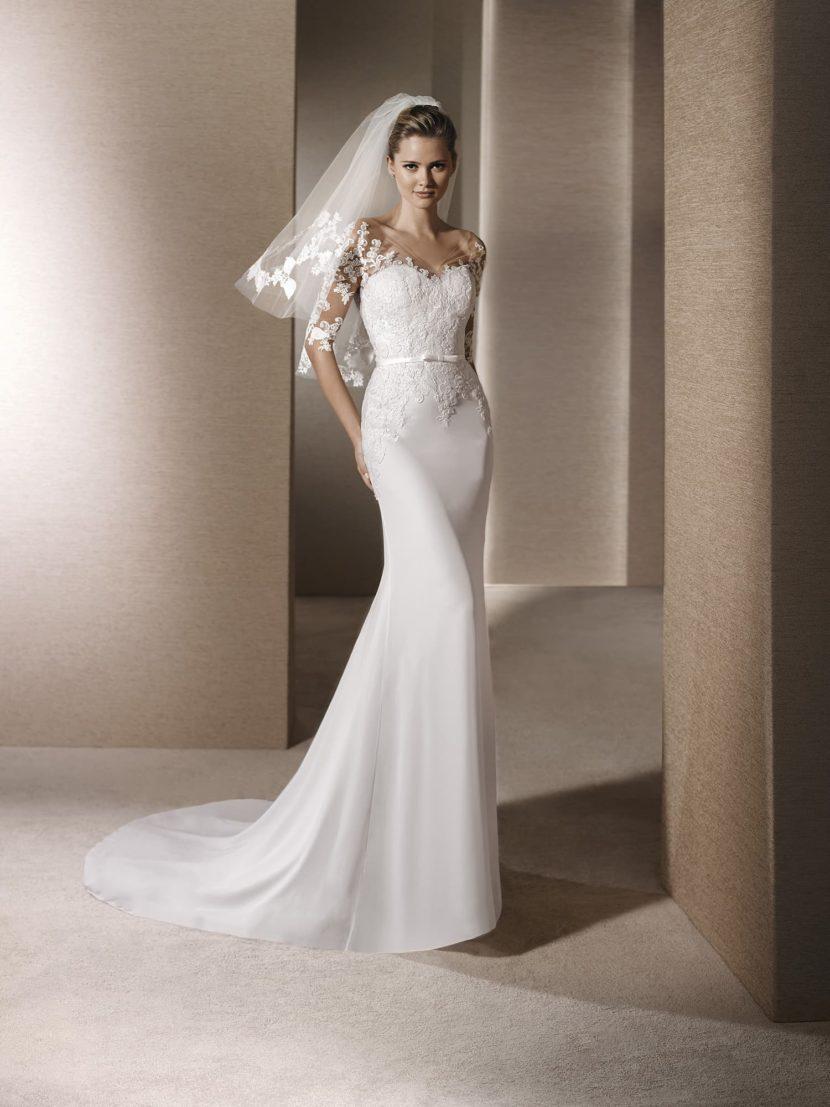Узкое простое свадебное платье.