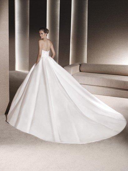Незабываемо красивое свадебное платье с пышным силуэтом из глянцевого атласа.