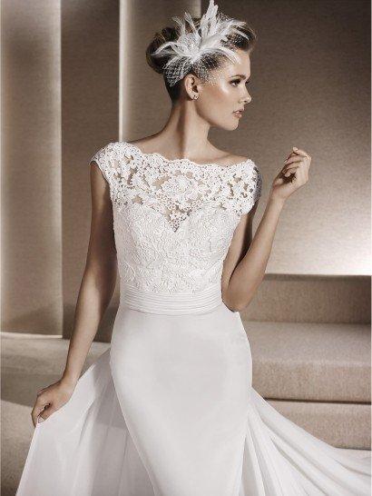 Свадебное платье с силуэтом «русалка» красиво облегает фигуру.