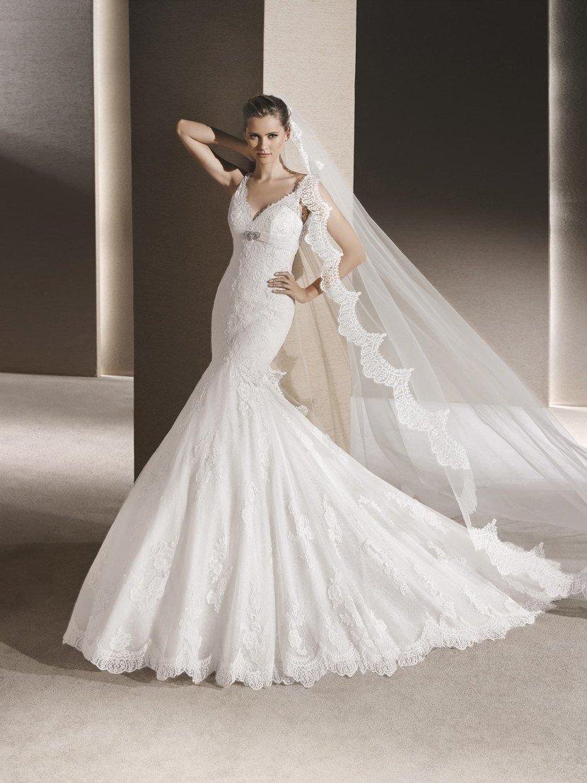 Классическое свадебное платье русалка с V-вырезом.