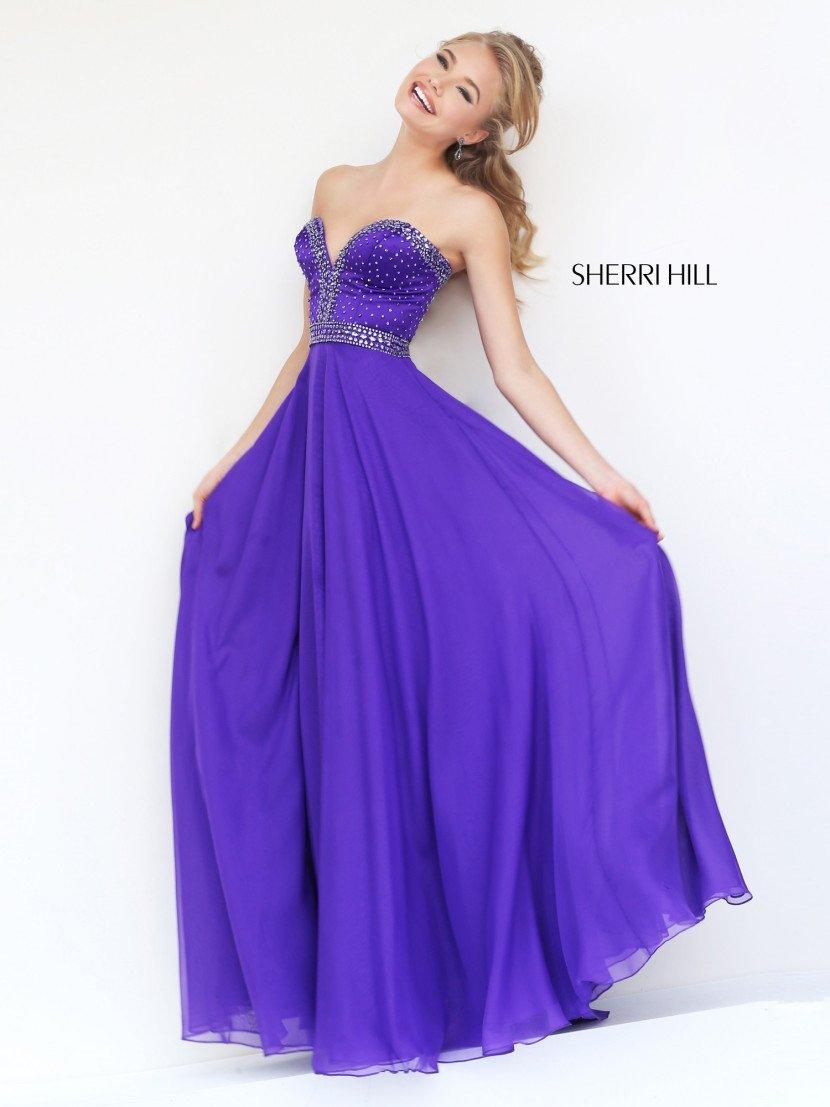 Длинное фиолетовое открытое выпускное платье.