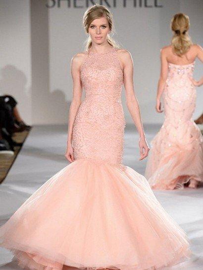 Стильное вечернее платье с необычным силуэтом обязательно окажется в центре внимания – облегающий верх в нем сочетается с пышной юбкой, расширяющейся от коленей. По всей длине до середины подола вечернее платье декорировано сверкающей вышивкой. Бусины образуют по нежной розовой ткани романтичный цветочный узор с крупными бутонами. Пышная юбка выполнена из полупрозрачного фатина.