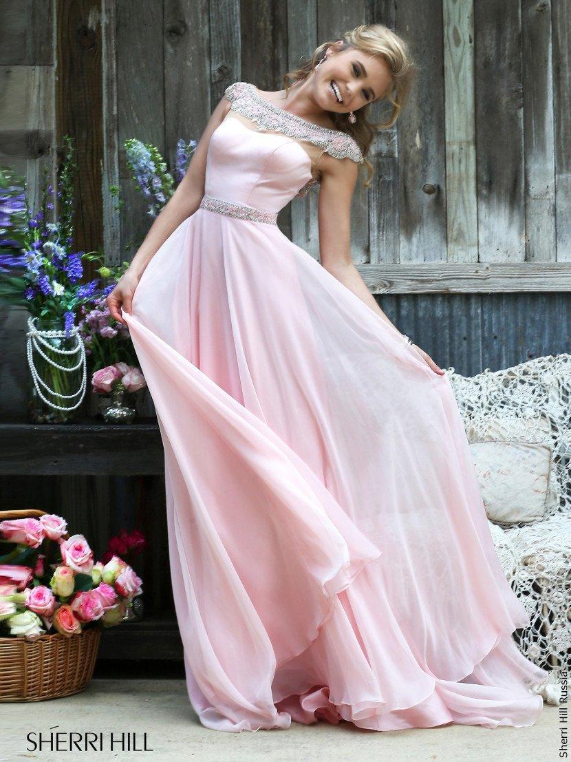 Легкое длинное выпускное платье.
