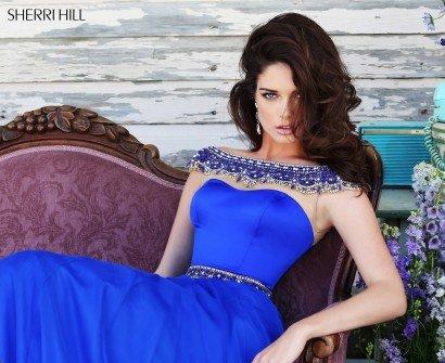 Длинное синее вечернее платье.