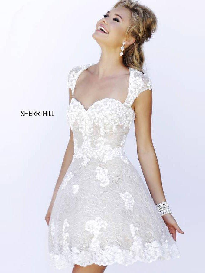Белое короткое выпускное платье.