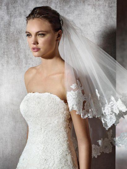Великолепное свадебное платье смотрится невероятно романтично.