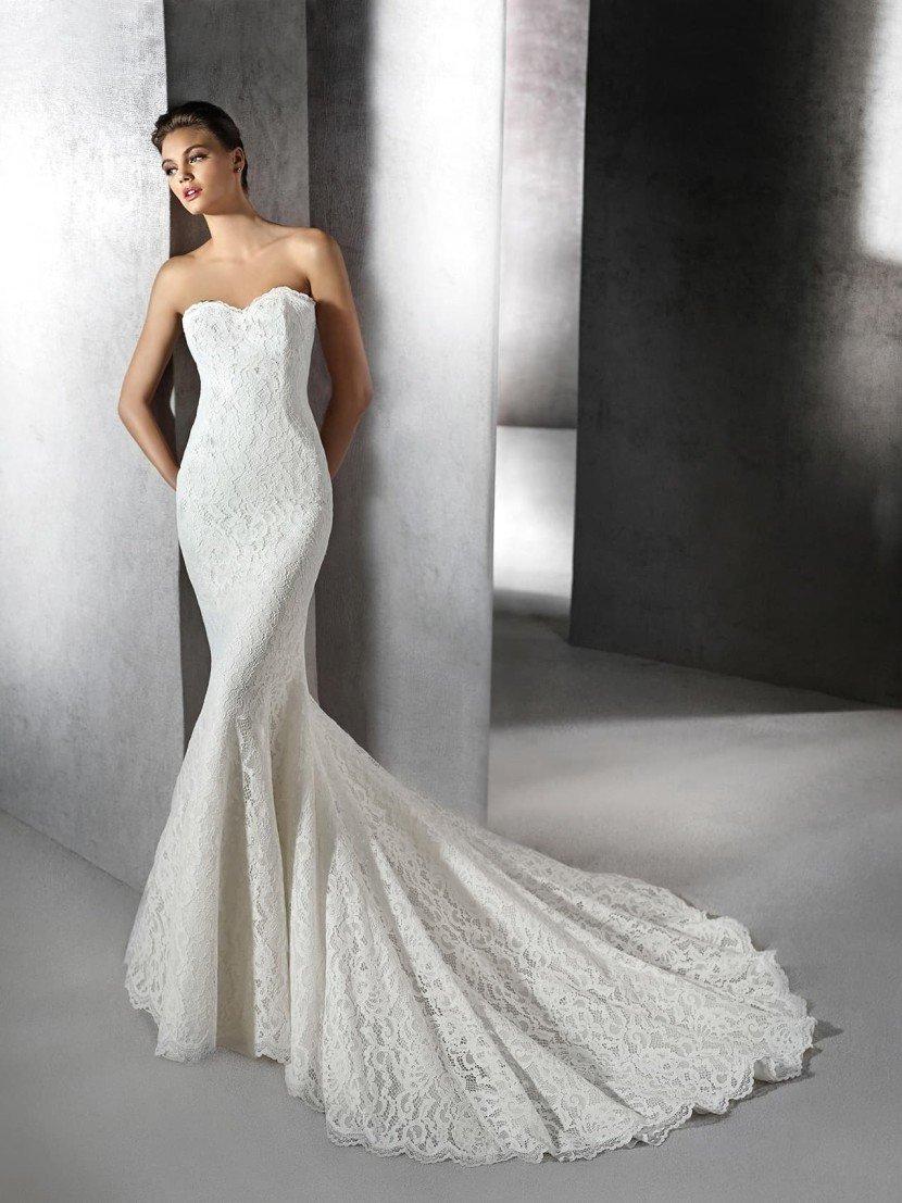 Изысканное свадебное платье с силуэтом «русалка» декорированное плотным кружевом.