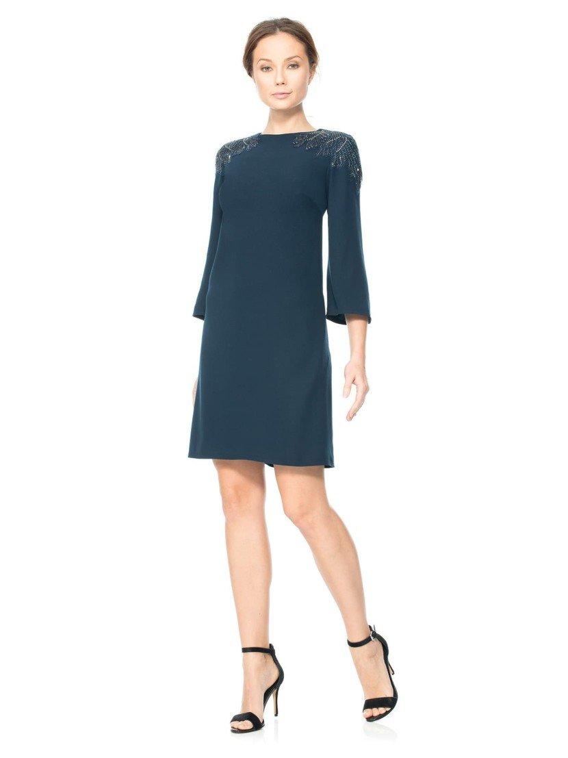 Короткое простое вечернее платье с рукавами 3/4.