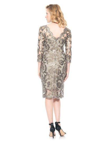 Облегающее короткое вечернее платье.