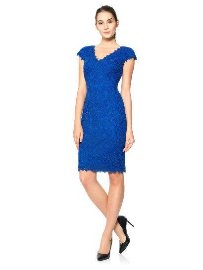 Элегантное коктейльноеплатье насыщенного синего цвета стильно подчеркивает силуэт фигурным вырезом V-образного декольте.  Фестоны кружева украшают и короткие рукава-крылышки, и подол на уровне коленей.  Кружево покрывает платье по всей длине, располагаясь на прозрачной ткани.  Подкладка подобрана в тон кружева – она насыщенно сапфировая, и выполнена из тянущегося хлопка, который стал отличительной чертой платьев Tadashi Shoji.
