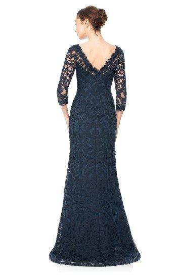 Длинное вечернее платье с рукавами.