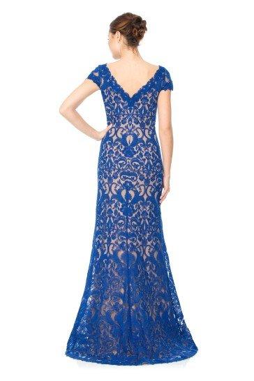 Облегающее вечернее платье в пол.