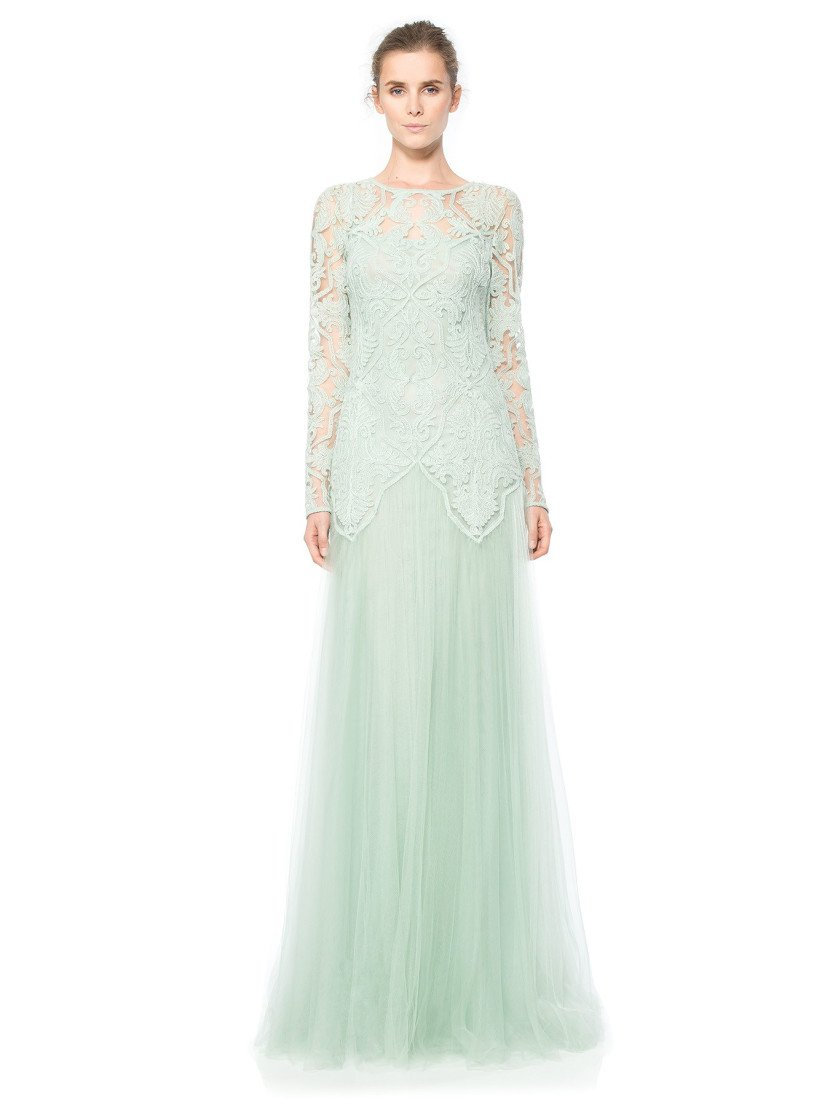 Длинное вечернее платье с крупным кружевом.