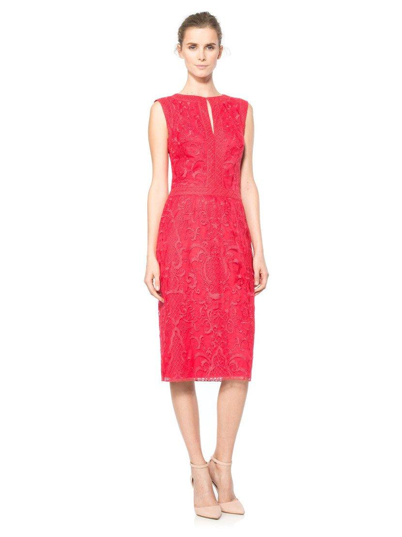 Стильное вечернее платье длиной до колена в малиново-красном цвете.