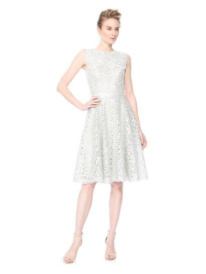 Короткое серебристое вечернее платье.